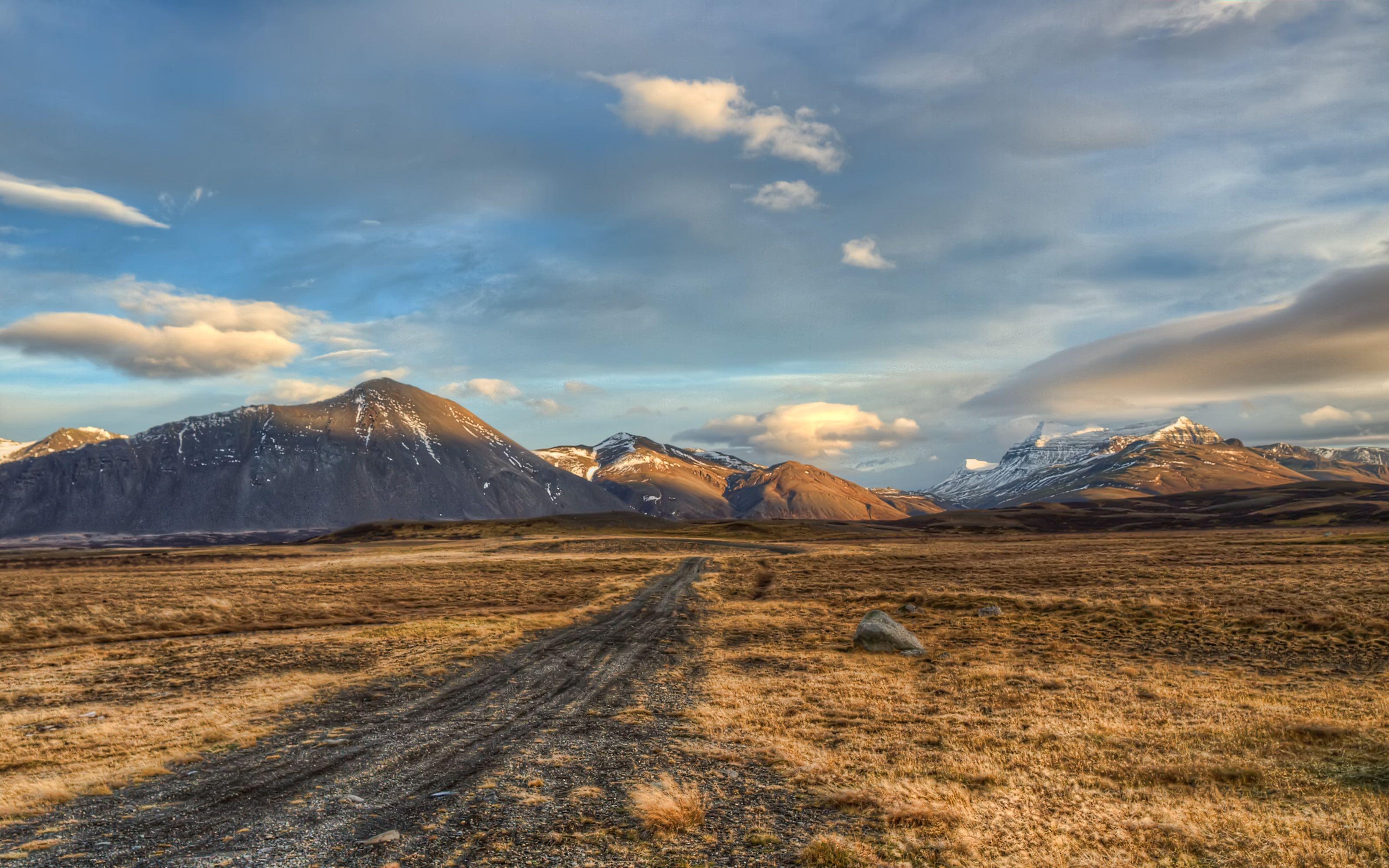 在变换多端的地形上,途中的风景亦是多变