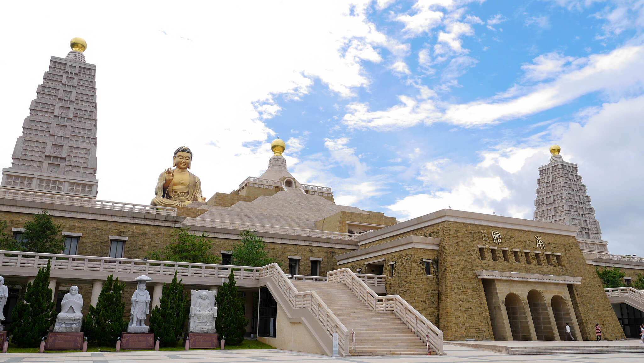 Private Tour from Kaohsiung: Fo Guang Shan Buddha Museum & Qishan Old Street